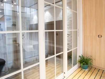 阳台上里的爱爱(口述) 厨房阳台整块玻璃推拉门上中间要不要加横梁竖条固定